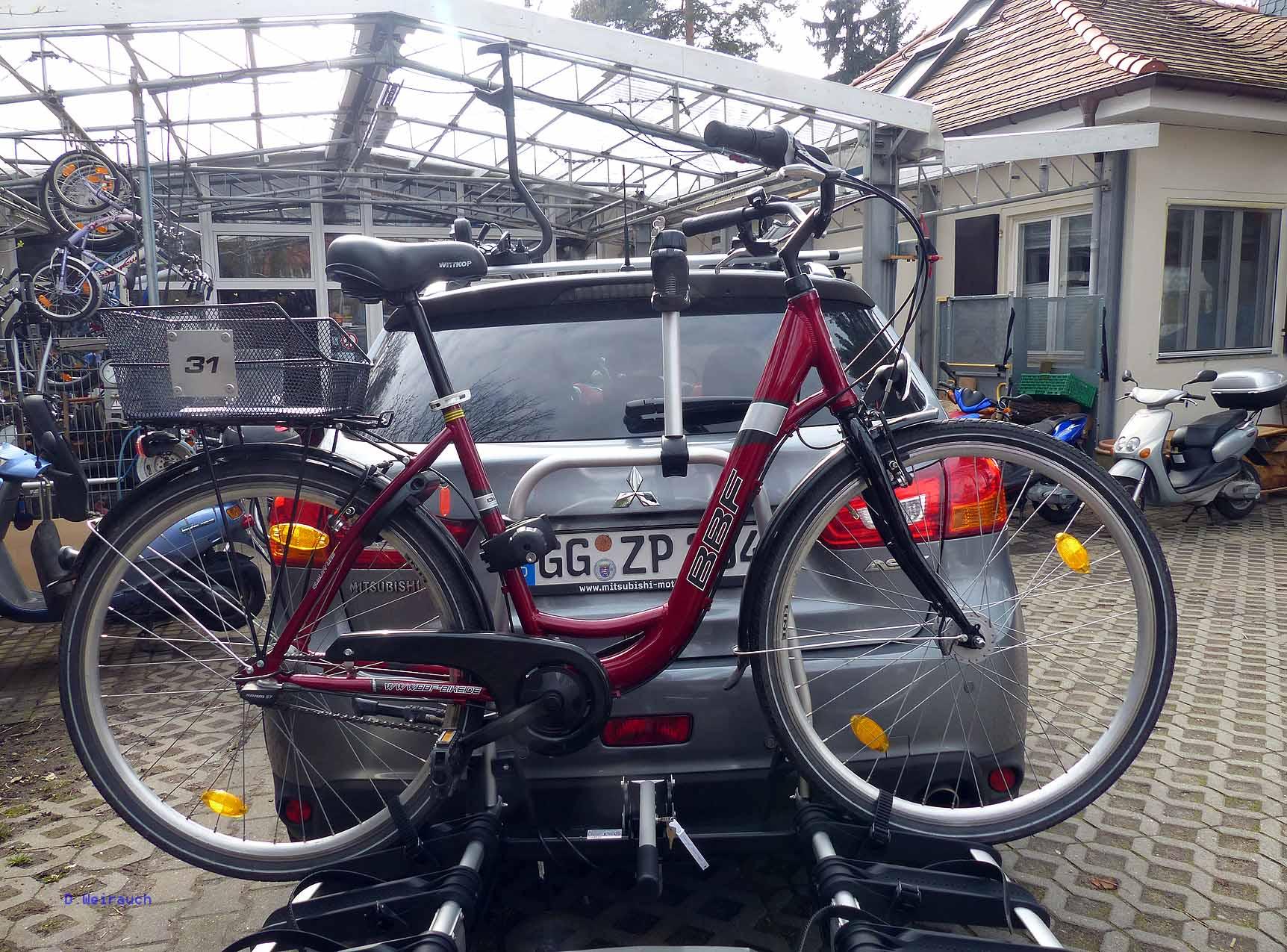 Anhängevorrichtung von Uebler am Mitsubishi ASX Fahrrad