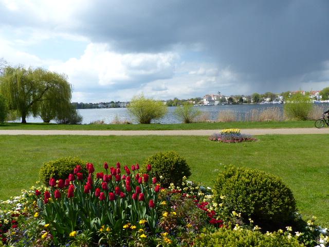 Blick vom Kleinen Schloss im Park Babelsberg über den Tiefen See nach Potsdam