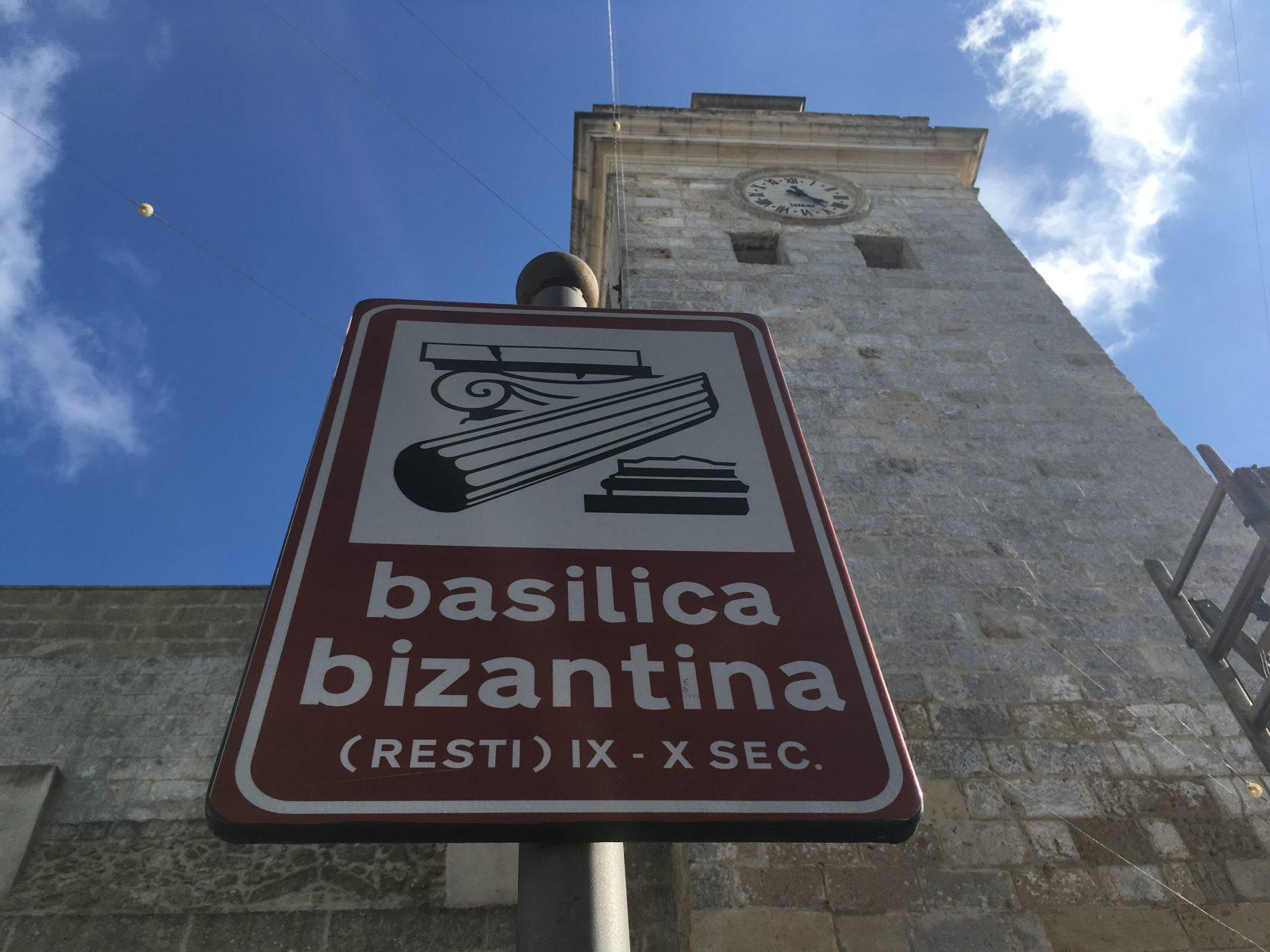 Gut ausgeschildert sind die Sehenswürdigkeiten von Castro in Apulien. Foto: d.Weirauch