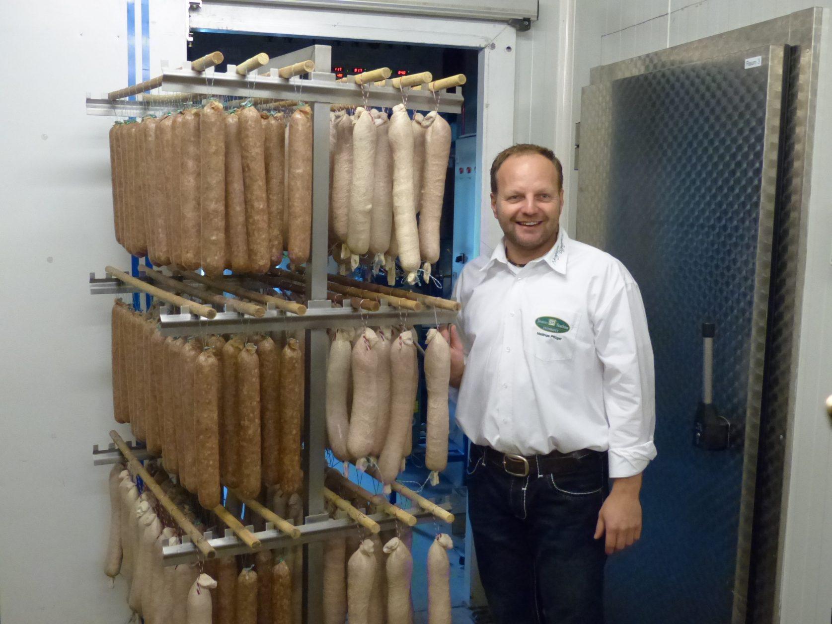 Fleischermeister Matthias Pflüger in der Lehmkammer der Jausenstation © / D.Weirauch