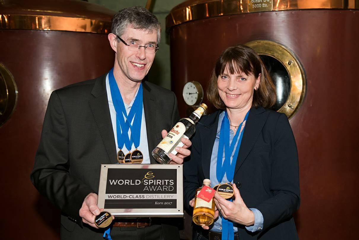 """Josef und Susanne Rosche bei der Preisverleihung des World Spirits Award. Rosche wird als """"World Class Distillery"""" ausgezeichnet. Foto: Rosche"""