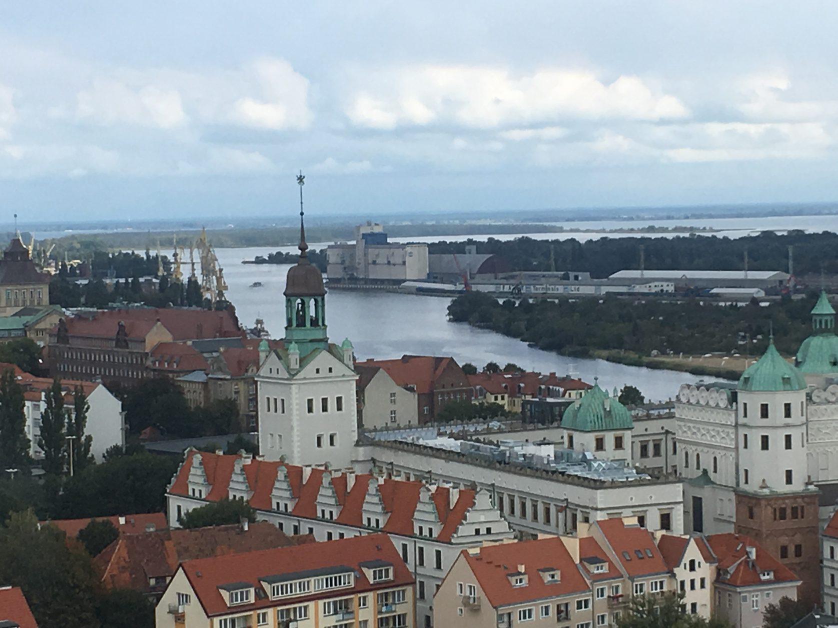 Blick vom Kirchturm auf Schloss, Hafen und Stettiner Haff.