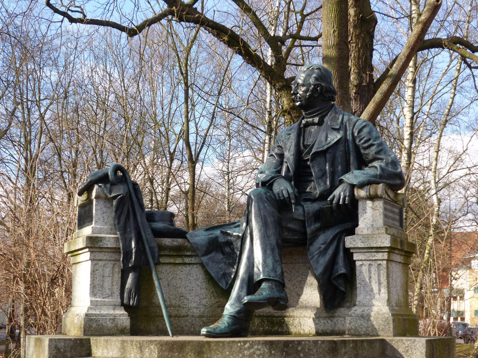 Das Fontane - Denkmal in Neuruppin wurde 1907 enthüllt. Foto: Weirauch