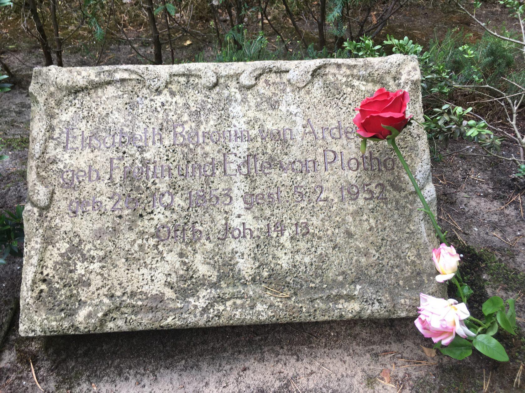 Grabplatte für Elisabeth von Ardenne auf dem Stahnsdorfer Südwestkirchhof, Sept. 2018, Foto: K.Weirauch