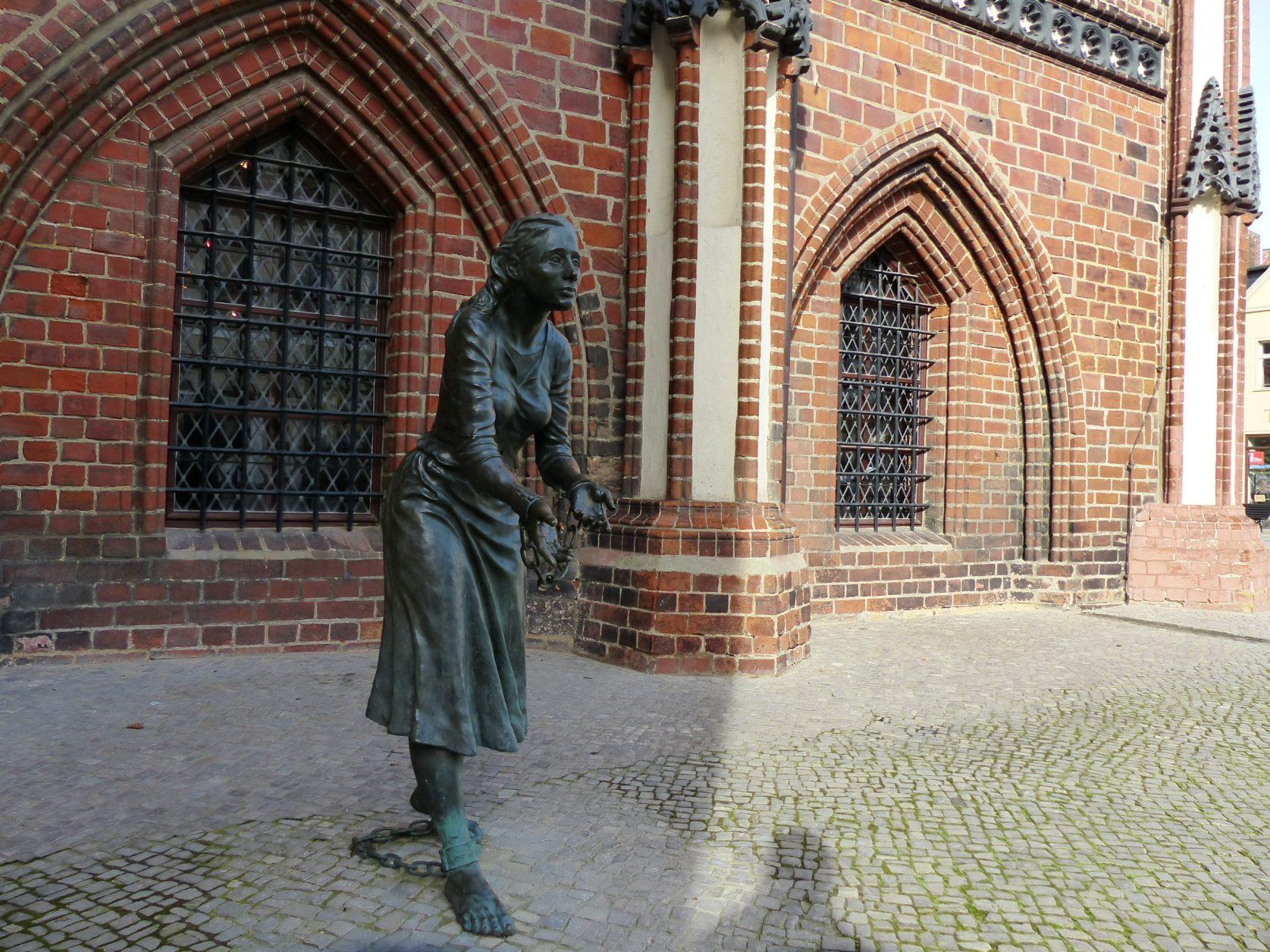 Plastik Grete Minde vor dem Rathaus von Tangermünde Foto: Weirauch