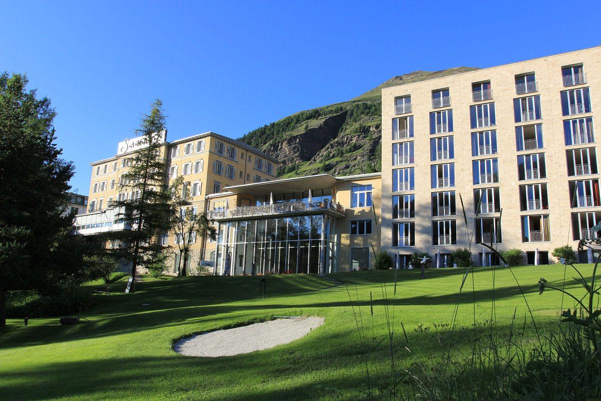 Inmitten eines Parks in Pontresina liegt das geschichtsträchtige Hotel Saratz, Foto: Hotel Saratz