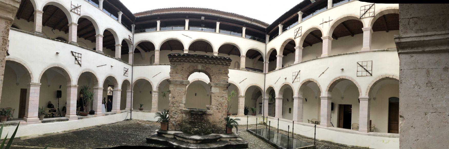 Blick in den Innenhof des Museo dei Bretti e degli Enotri in Cosenza
