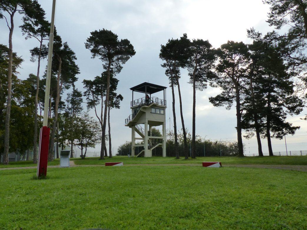 Von weitem erkennbar: der amerikanische Beobachtungsturm, Foto: Weirauch