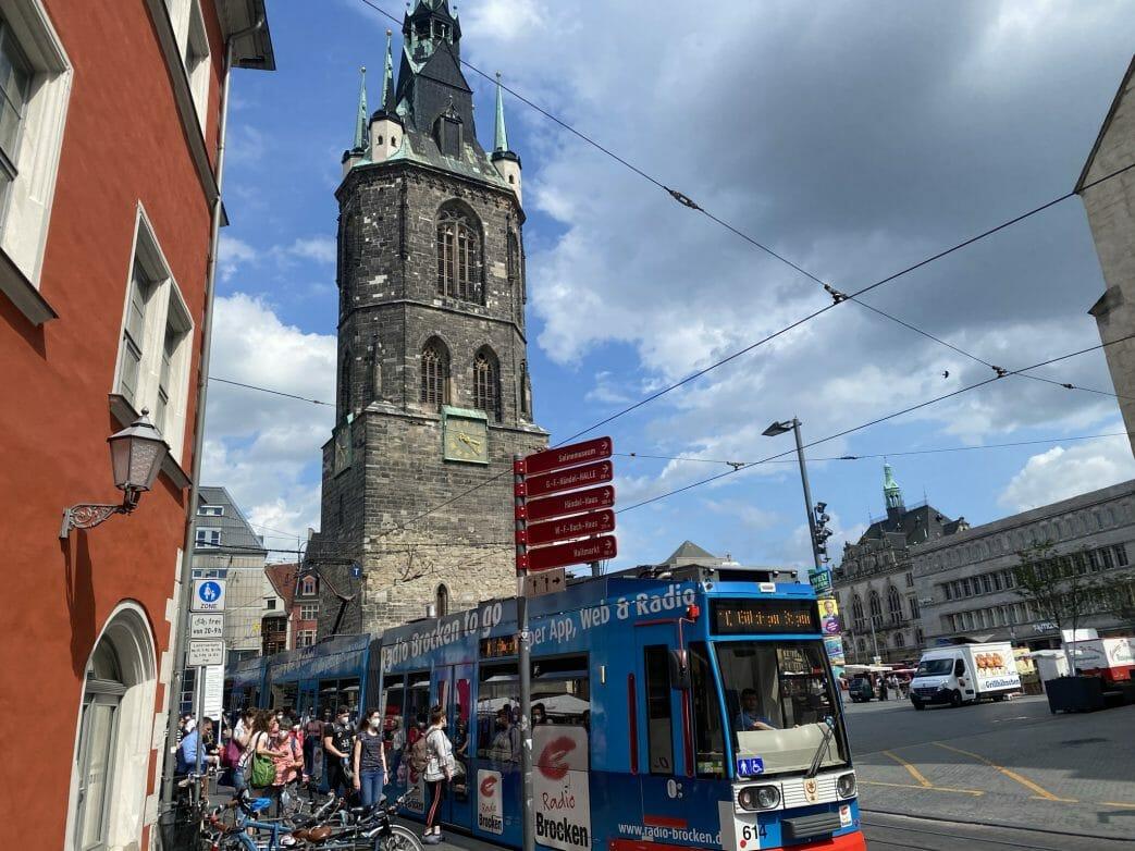 Halles Marktplatz mit dem 84 Meter hohen Roten Turm.