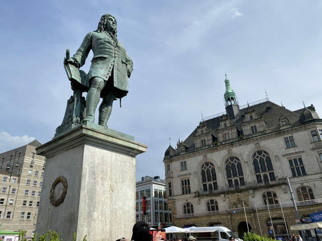 In der Marktplatzmitte steht Georg Friedrich Händel