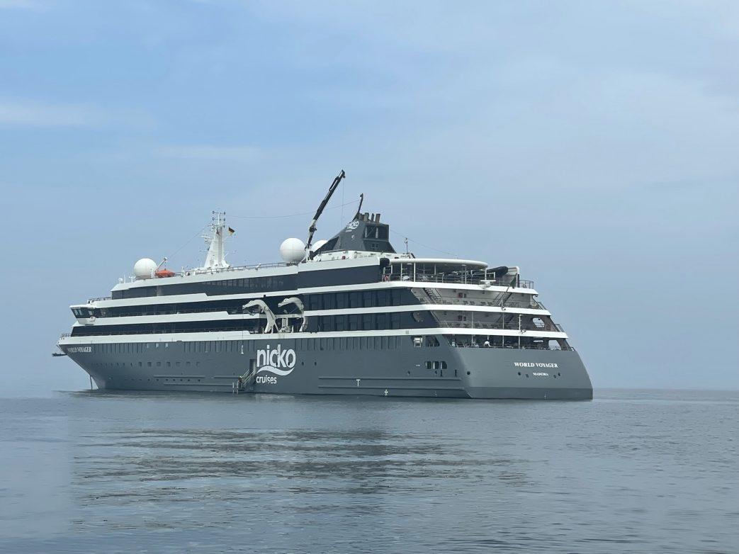 World Voyager auf Reede vor Helgoland