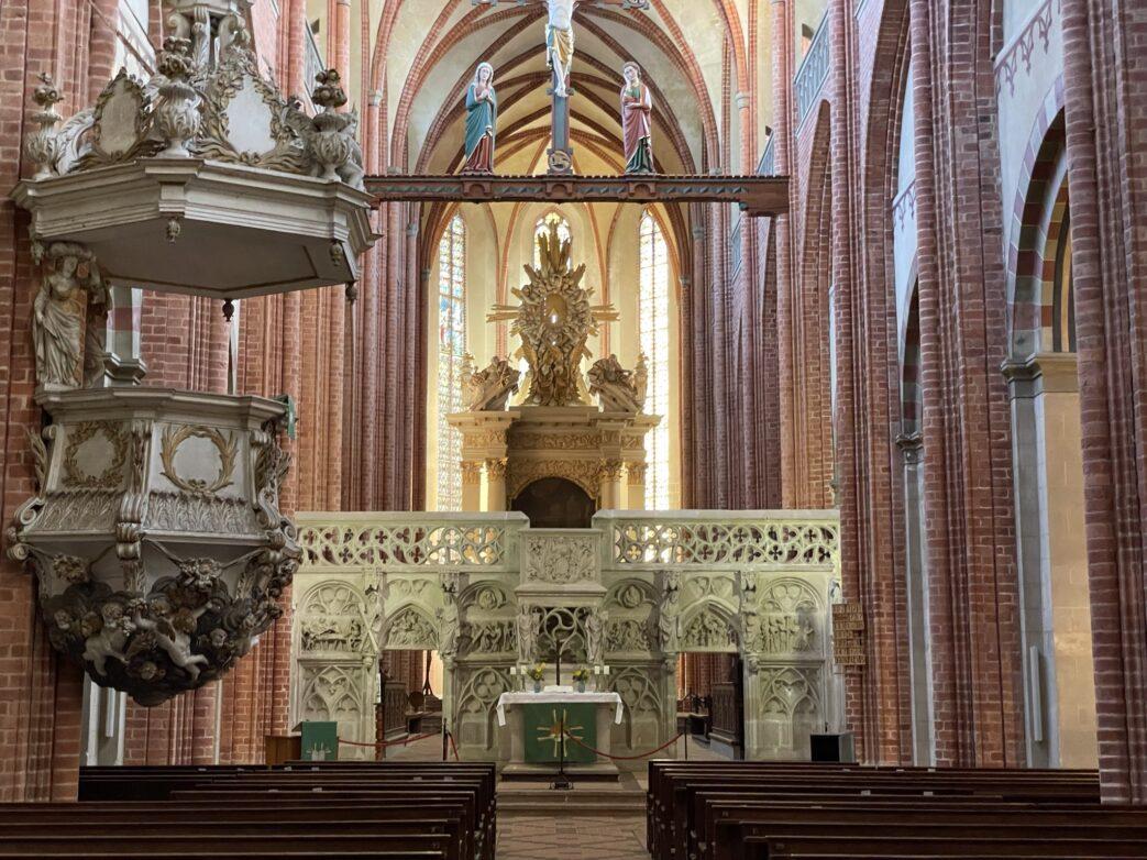 Bemerkenswert ist der Hochaltar, im Jahr 1700 errichtet.
